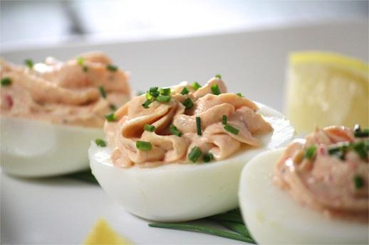 Gevulde eieren met zalm en bieslook
